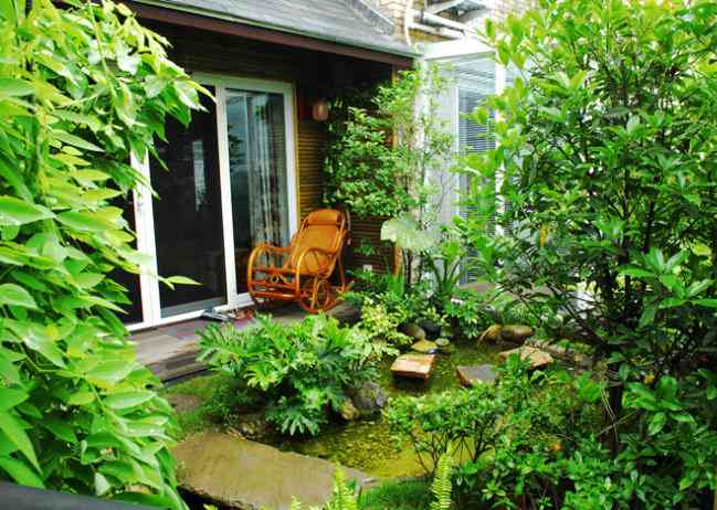 带院子的小别墅院子绿化设计能给人的内心带来平和宁静的感觉图片